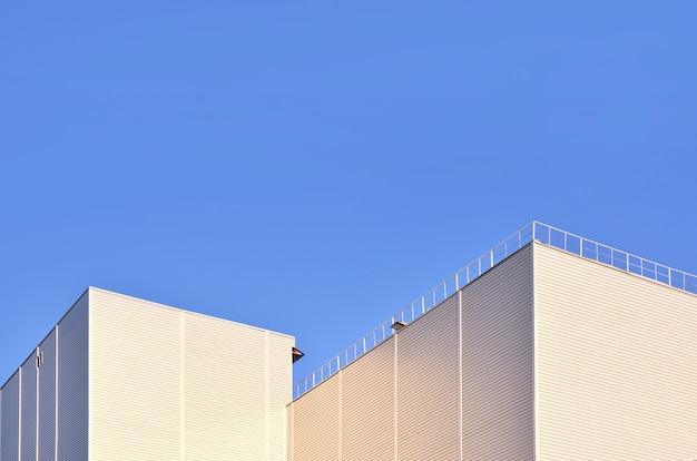 Revêtement d'un bâtiment industriel de grande hauteur