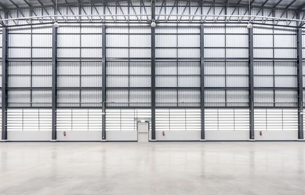 Revêtement mural d'un immense entrepôt vide
