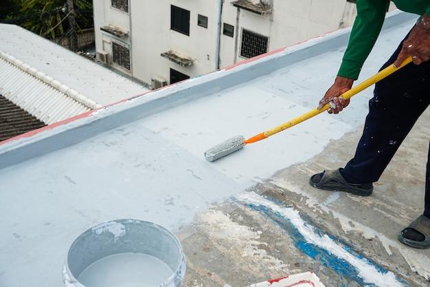 Revêtement de sol gris peint à la main avec rouleaux à peinture pour filet de renforcement imperméable
