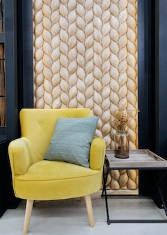 Revêtement traditionnel écologique consistant d'un mur avec des écailles de poisson en mélèze marron bardeau de bois...