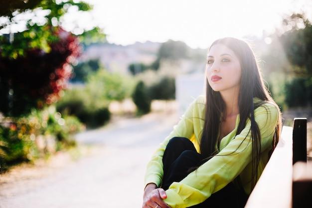 Rêveuse jeune femme dans le parc