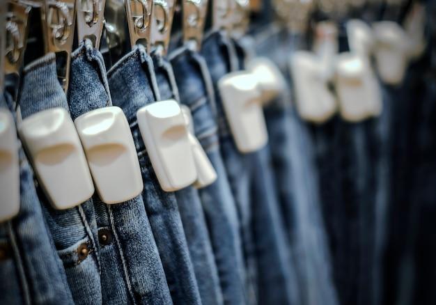Rfid tag dur sur les pantalons jeans bleu dans la boutique