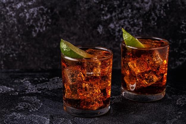 Rhum et cola cuba libre au citron vert et glace