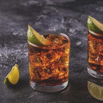 Rhum et cola cuba libre avec citron vert et glace