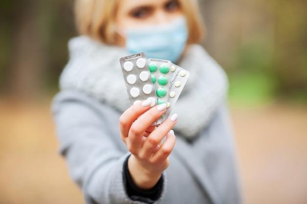 Rhume et grippe. femme, automne, parc, tenue, pilules