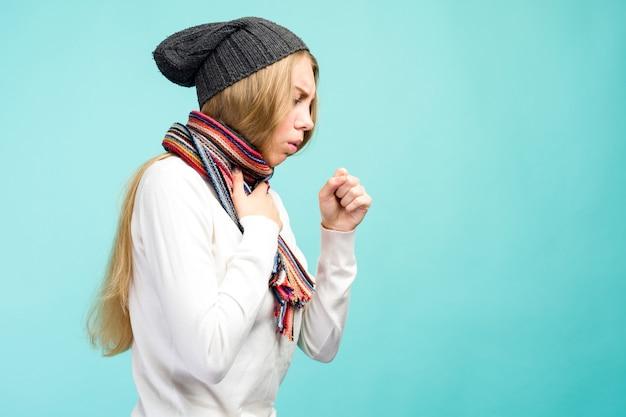 Rhume et grippe. portrait de belle adolescente avec toux et maux de gorge se sentant malade
