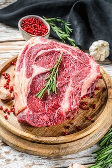 Ribeye sur l'os ou steak de cowboy.