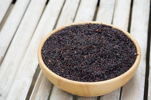 Riceberry dans une tasse en bois sur la table concept d'alimentation saine