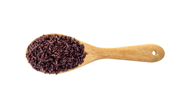 Riceberry sur une louche en bois sur un fond blanc.