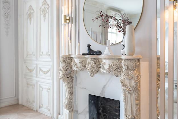 Riche intérieur luxueux d'une chambre confortable avec des meubles modernes et élégants et un piano à queue, décoré de colonnes baroques et de stuc sur les murs