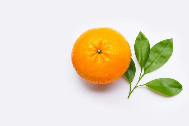 Riche en vitamine c, juteuse et sucrée. fruits orange frais avec des feuilles vertes.