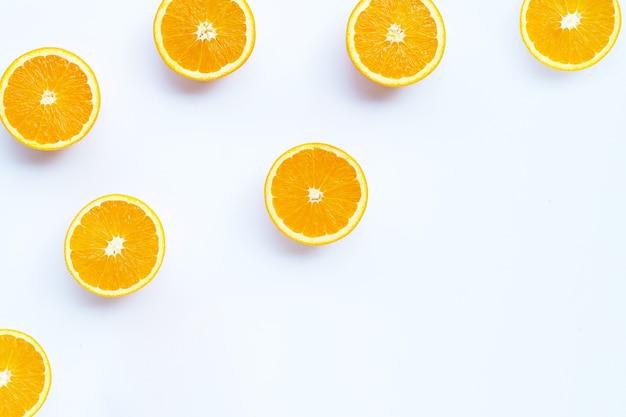 Riche en vitamine c, juteuse et sucrée. fruits orange frais sur fond blanc.