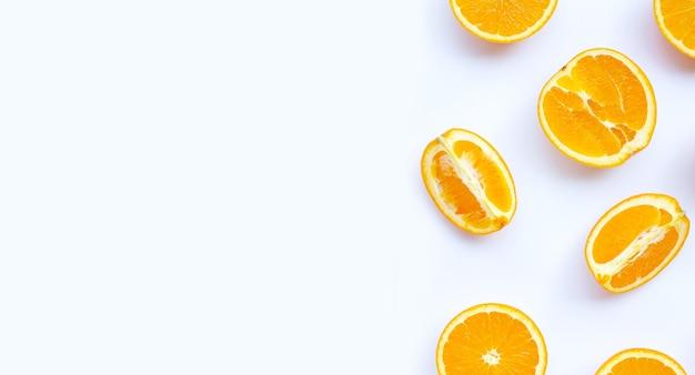 Riche en vitamine c, juteuse et sucrée. fruits orange frais sur une surface blanche.