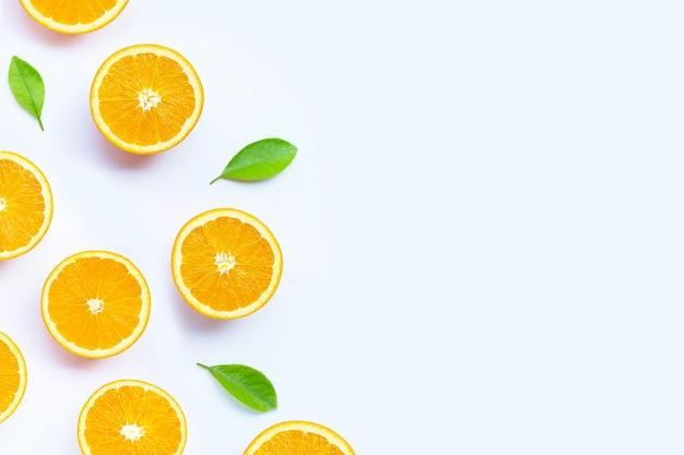 Riche en vitamine c, juteuse et sucrée. fruits orange frais