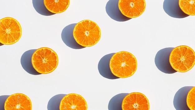 Riche en vitamine c, juteux et sucré. fruits oranges frais sur blanc