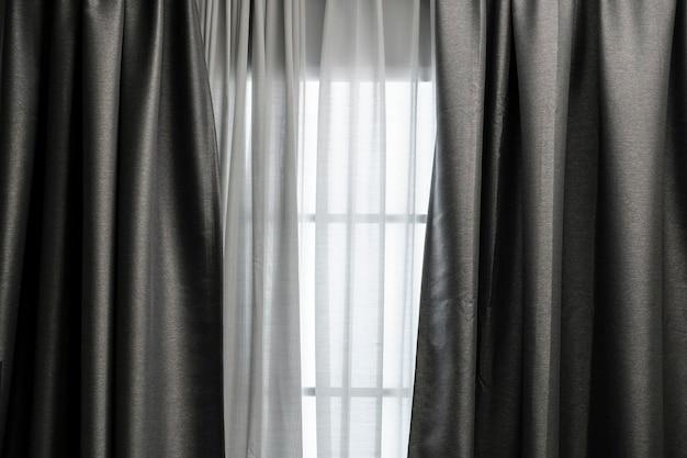 Rideau à la fenêtre dans le salon