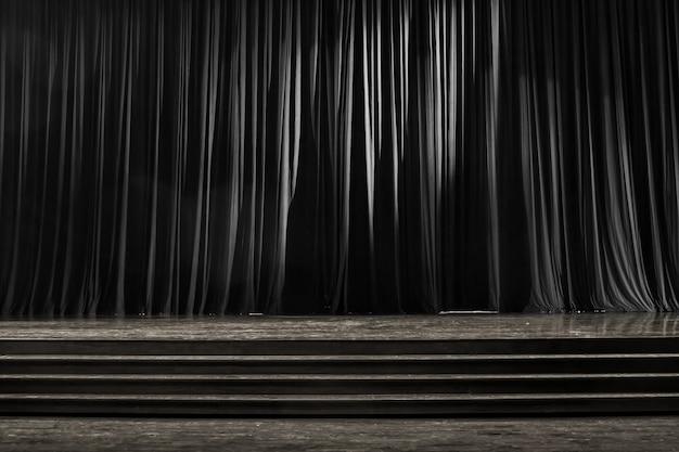 Rideaux noir et blanc et scène en bois.