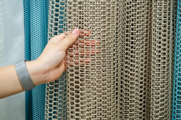 Rideaux pour fenêtres, tulle avec texture en maille dans l'appartement