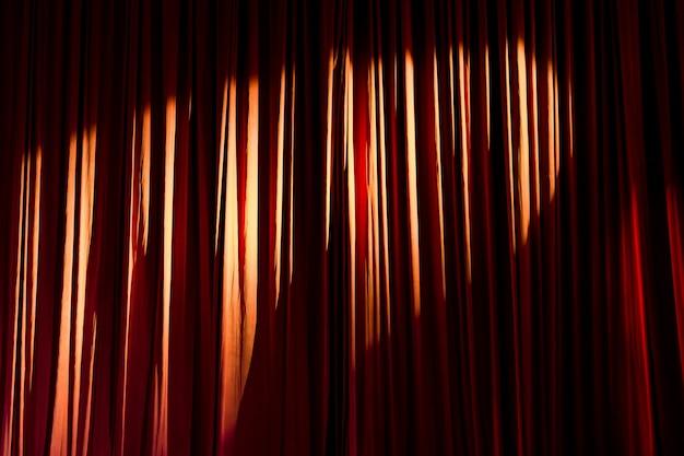 Rideaux rouges et projecteurs dans le théâtre entre les spectacles.