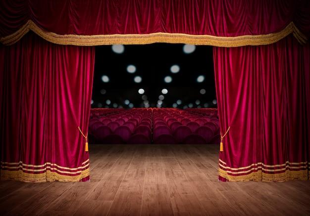 Les rideaux rouges de la scène s'ouvrent pour le spectacle de théâtre