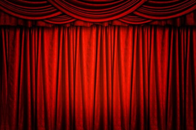 Les rideaux rouges sont joliment empilés.