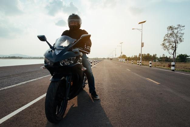Rider moto sur la route à cheval. s'amuser au volant de la route vide