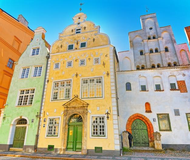 Riga, lettonie - 12 avril 2018: trois frères- est un complexe architectural situé dans le centre du vieux riga sur le château de maza pils (malaya zamkovaya).