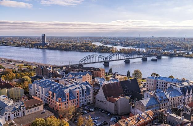 Riga lettonie vue panoramique aérienne de la tour de l'église st peters à la ville rivière daugava