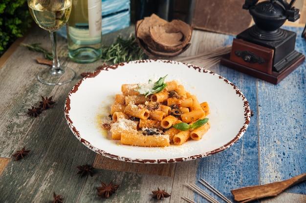 Rigatoni pâtes putanesca aux olives anchois