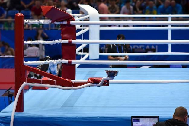 Ring de boxe dans la salle lors d'un tournoi sportif