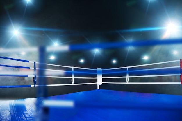 Ring de boxe, vue rapprochée à travers les cordes, personne. arène professionnelle pour compétitions sportives et tournois de combat