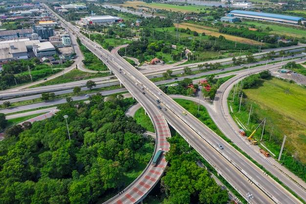 Ring bridge reliant la ville et l'autoroute autoroute