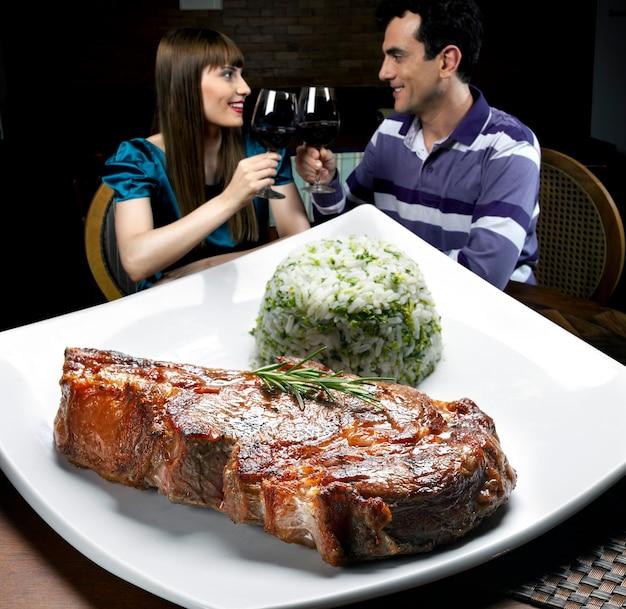 Rio de janeiro, restaurant avec vue sur le pain de sucre, verre de vin rouge et planche de fromages assortis