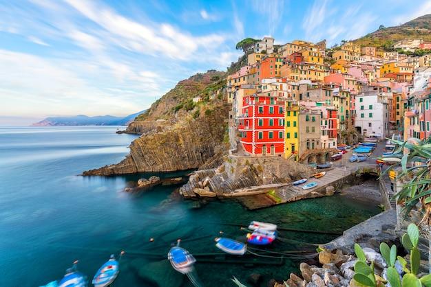 Riomaggiore, la première ville de la séquence cique terre de villes de colline en ligurie, italie