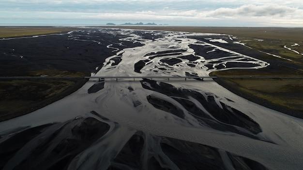 Rios glaciares bajo un puente