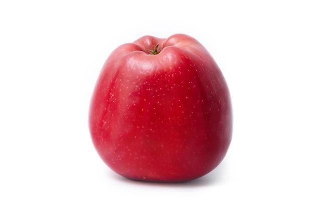 Rip pomme rouge isolé sur fond blanc. fruit de pomme biologique frais.