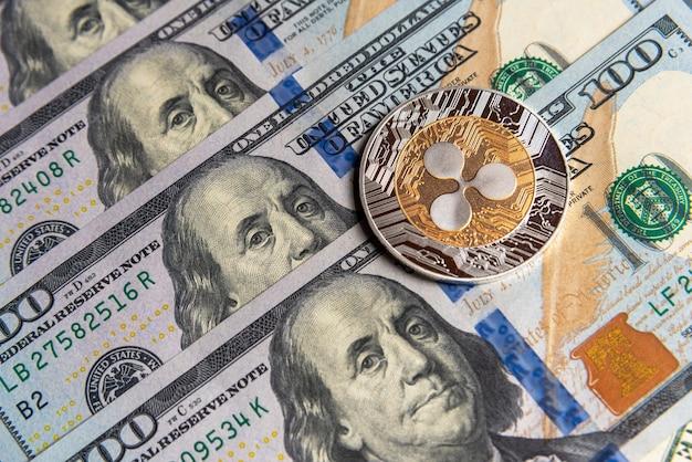 Ripple crypto-monnaie sur les dollars américains. gros plan sur la crypto-monnaie numérique. echange, affaires, commercial. profitez de l'extraction de devises cryptées. mineur avec des dollars et pièce ripple.