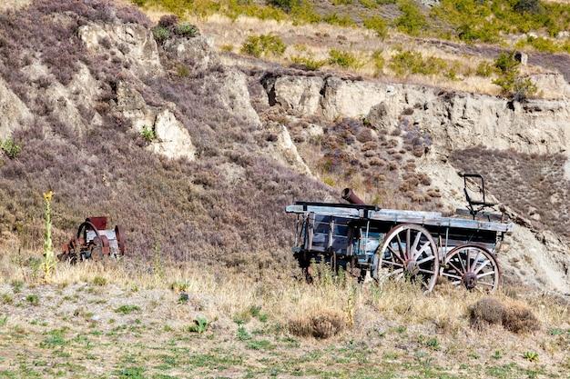 Ripponvale, central otago, nouvelle-zélande - 17 février : vieille charrette en bois dans la zone d'extraction d'or de ripponvale en nouvelle-zélande le 17 février 2012