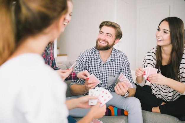 Rire des amis appréciant des cartes