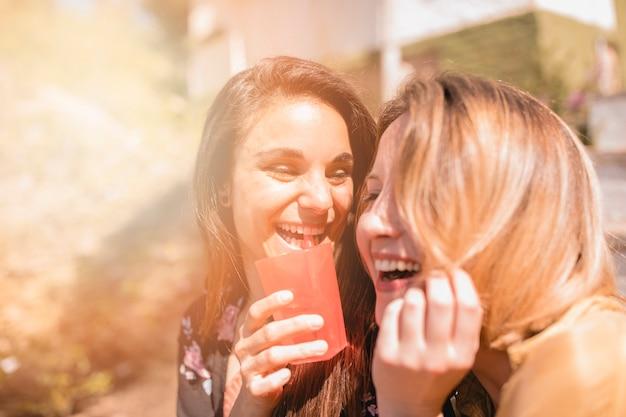 Rire des amis avec des boissons