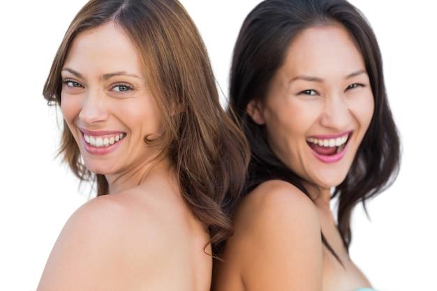 Rire de beaux modèles nus posant dos à dos