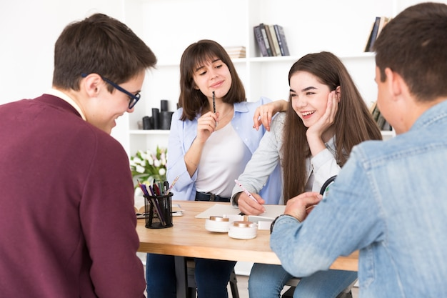Rire, étudiants, dans, bibliothèque