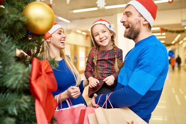 Rire, famille, santa, chapeaux, debout, centre commercial