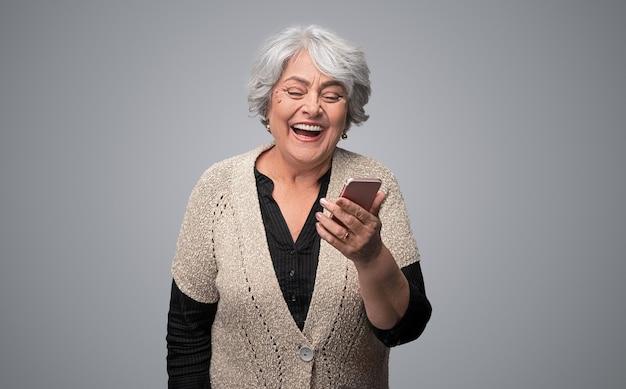 Rire, femme âgée, navigation, smartphone