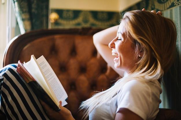 Rire de femme appréciant le livre