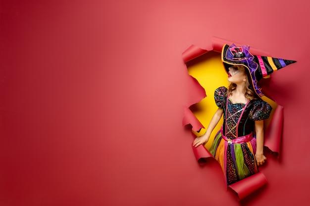 Rire fille enfant drôle dans un costume de sorcière à halloween