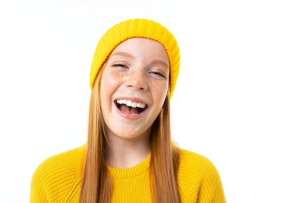 Rire fille rousse européenne avec des taches de rousseur gros plan sur un blanc