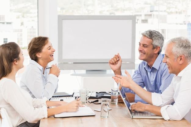 Rire des gens d'affaires ayant une réunion
