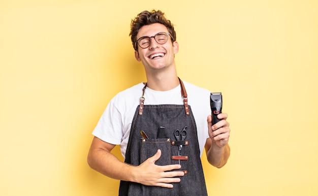 Rire à haute voix à une blague hilarante, se sentir heureux et joyeux, s'amuser. concept de barbier