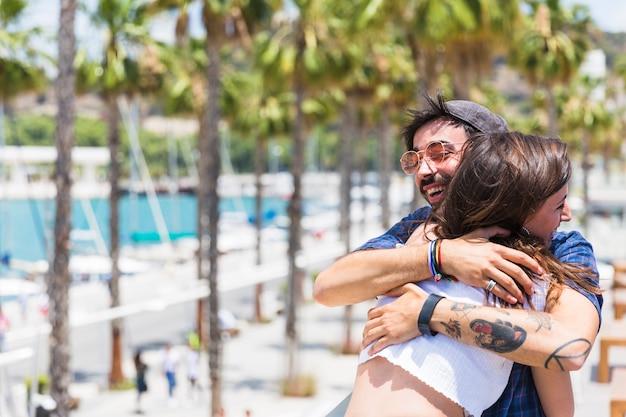 Rire homme et femme embrassant